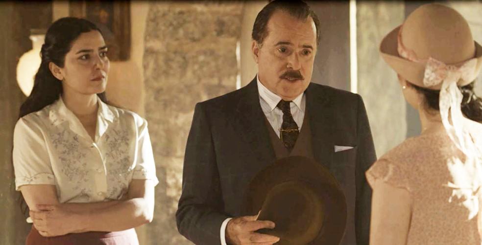José Augusto vê as duas juntas e dá uma notícia para Tereza: (Foto: TV Globo)