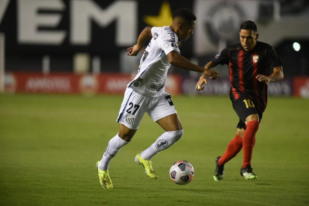 Ângelo pelo Santos contra o Deportivo Lara — Foto: Ivan Storti/Santos