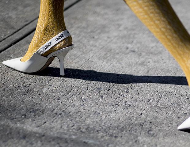 As meias-calças coloridas são uma tendência para a nova estação  (Foto: Imaxtree)