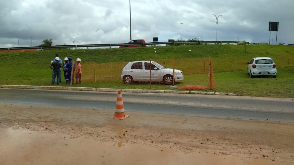 Vazamento em rede distribuidora deixa trecho na Av. Dorival Caymmi alagado e técnicos da Embasa são acionados — Foto: Tiago Ferreira/TV Bahia