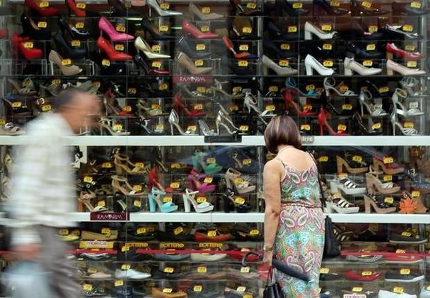 Consumidora observa loja de sapatos no centro de São Paulo - consumo - varejo - vendas - crise - promoção - confiança (Foto: Paulo Whitaker/Reuters)