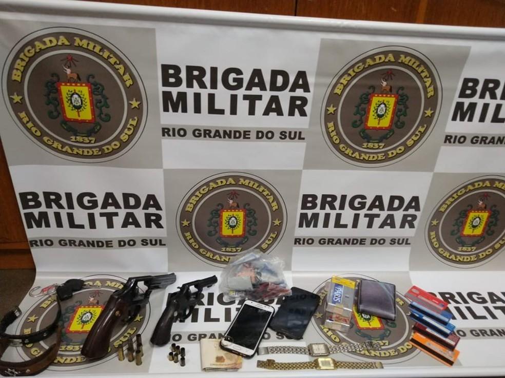 No interior do veículo, onde estavam os suspeitos, foram apreendidos celulares, dinheiro e dois revólveres — Foto: Divulgação/BM