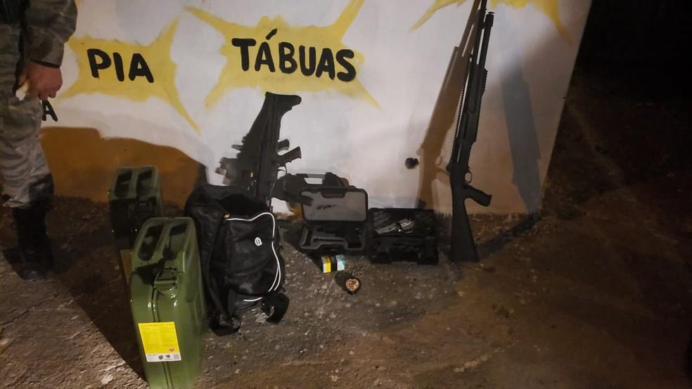 Armas foram apreendidas em carro usado por suspeito de tentativa de feminicídio em BH. — Foto: Carlos Eduardo Alvim/TV Globo
