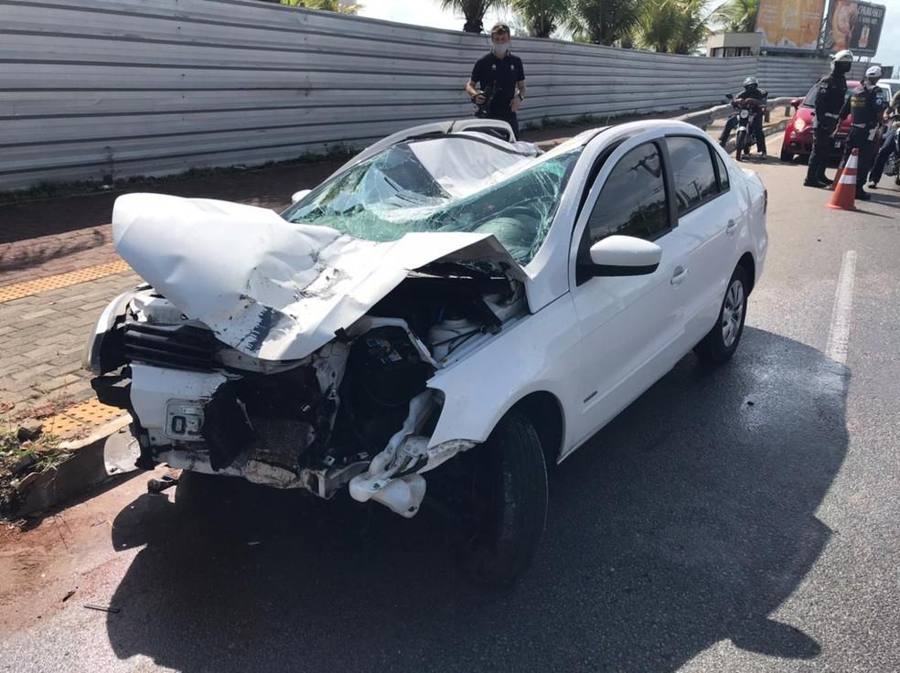 Poste cai em carro após batida e motorista consegue sair antes de ser atingida em Natal — Foto: Carlos Dhaniel/Inter TV Cabugi