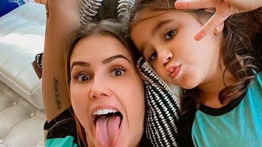 Deborah Secco diz que aumentou conexão com a filha e Maria dá 'oi' para fãs da atriz durante live
