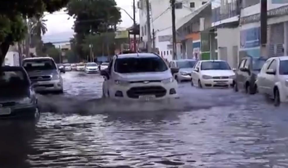 Vários pontos da cidade ficaram alagados  — Foto: Reprodução/TV Subaé