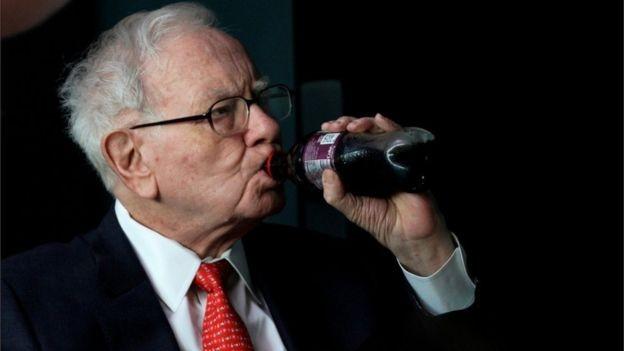 Warren Buffett é conhecido por ter uma dieta baseada em bebidas açucaradas e comida fast-food (Foto: Reuters, via BBC)