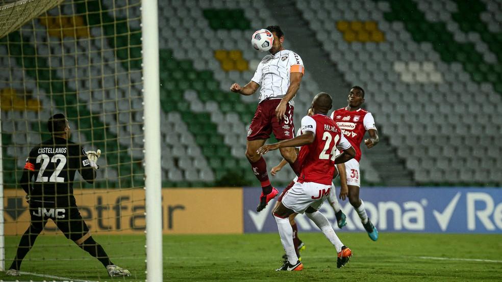 Fred sobe para marcar o segundo gol do Fluminense na vitória sobre o Santa Fe — Foto: Lucas Merçon FFC