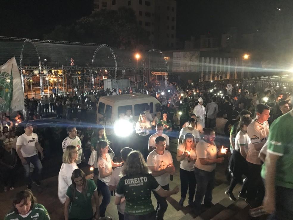 Procissão em Chapecó em homenagem às vítimas do acidente aéreo com a Chapecoense chegou à catedral pouco depois de 0h45 (Foto: Cahê Mota/GloboEsporte.com)