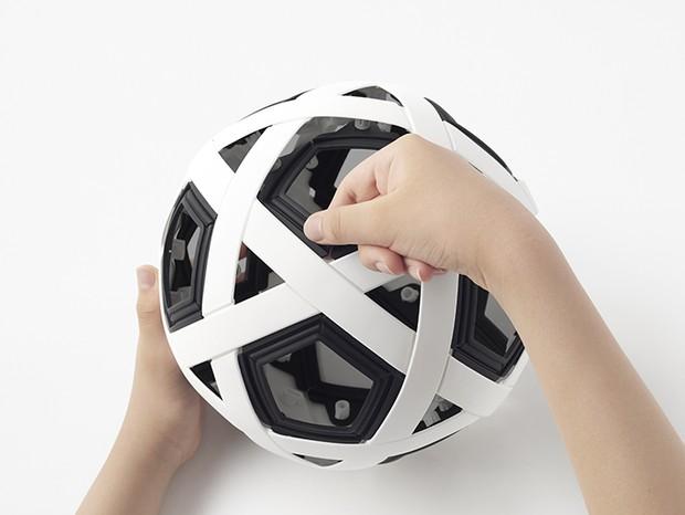 Estúdio Nendo projeta bola de futebol resistente para comunidades carentes