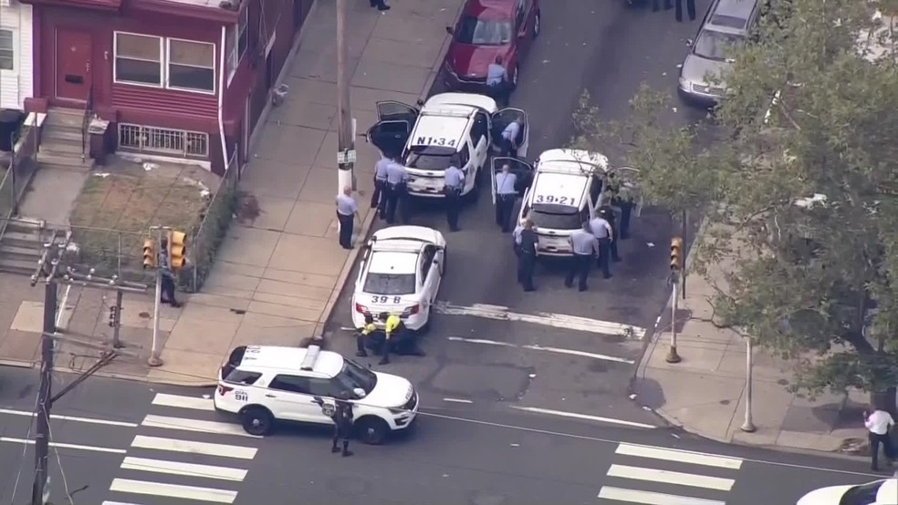 Tiroteio fere policiais na Filadélfia, nos Estados Unidos — Foto: Globonews
