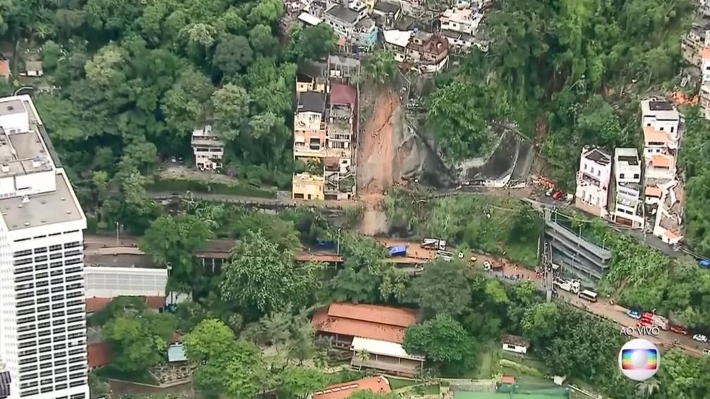Frame retirado de um vídeo gravado pelo Globocop mostra parte do morro onde aconteceu o deslizamento de terra que atingiu um ônibus na Avenida Niemeyer, no Rio de Janeiro — Foto: Reprodução/TV Globo