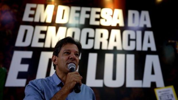 Haddad considera injusto o julgamento que condenou Lula por corrupção passiva e lavagem de dinheiro, mas declarou que não vai dar indulto ao ex-presidente (Foto: EPA via BBC)