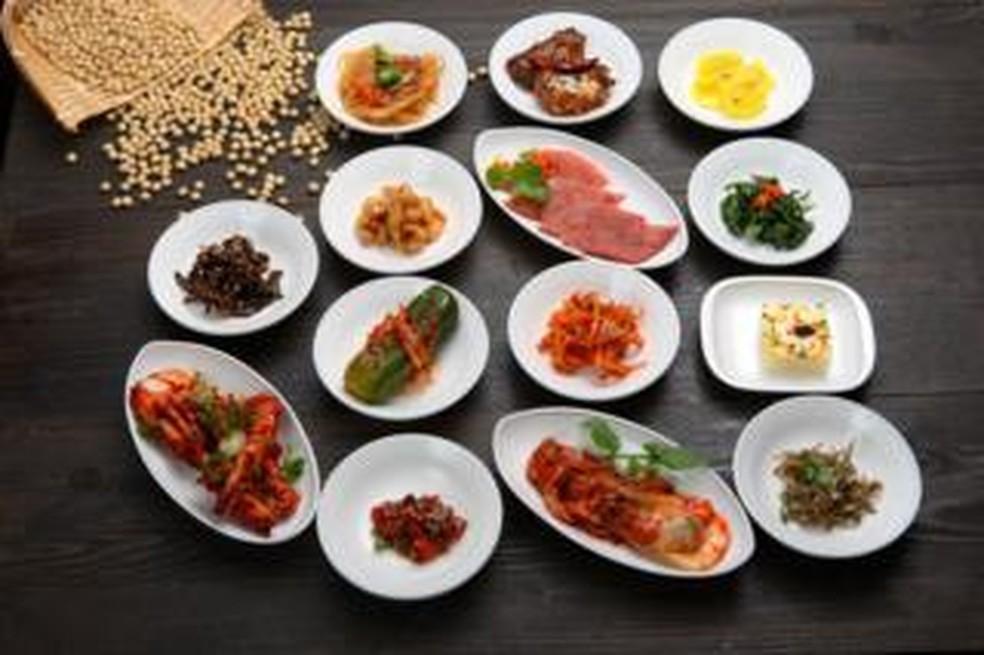 -  Uma mesa com pratos típicos coreanos  Foto: WHITEWISH