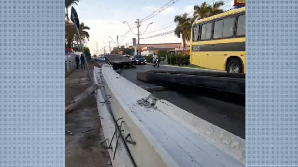 Vigas caíram de caminhão na madrugada desta terça em Americana — Foto: Reprodução/EPTV