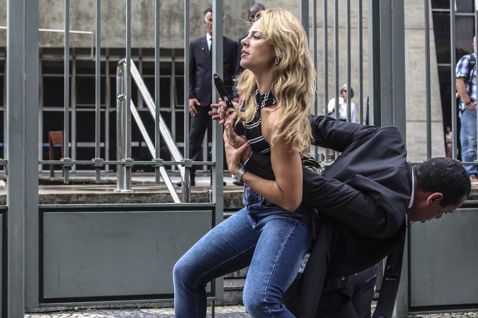Jeiza surpreende segurança e leva a melhor — Foto: Walter Dhein/Gshow