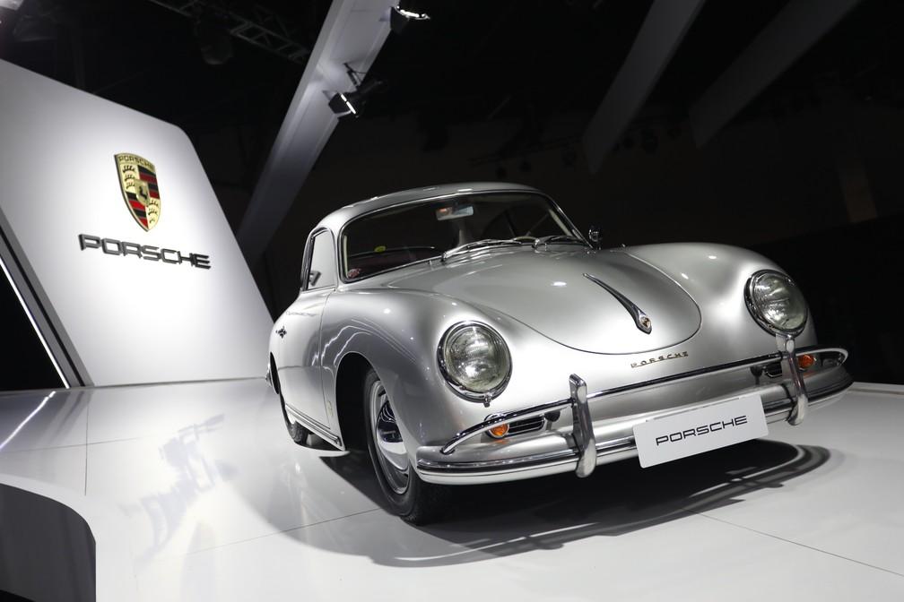 Porsche 356, primeiro veículo produzido em grande volume pela marca, é exposto no Salão de SP 2018 — Foto: Fábio Tito/G1