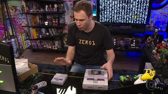 Tiago mostra a versão comemorativa do Super Nintendo