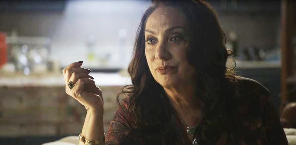 Rania (Eliane Giardini) dá a primeira dica para o casal  — Foto: Globo