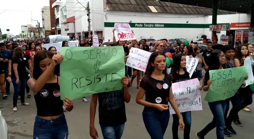 Em Sousa, os manifestantes se concentraram em frente ao campus da Universidade Federal de Campina Grande — Foto: Beto Silva/TV Paraíba