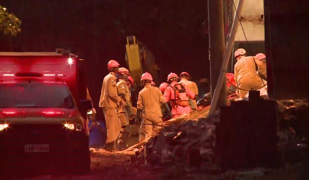 Bombeiros retiram mais um corpo dos escombros da Muzema — Foto: Reprodução/TV Globo