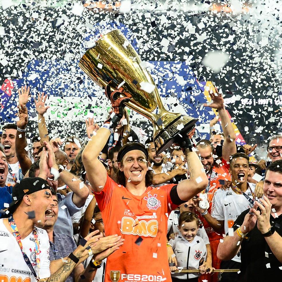 Cássio levanta taça de campeão paulista de 2019 — Foto: Renato Pizzutto/BP Filmes