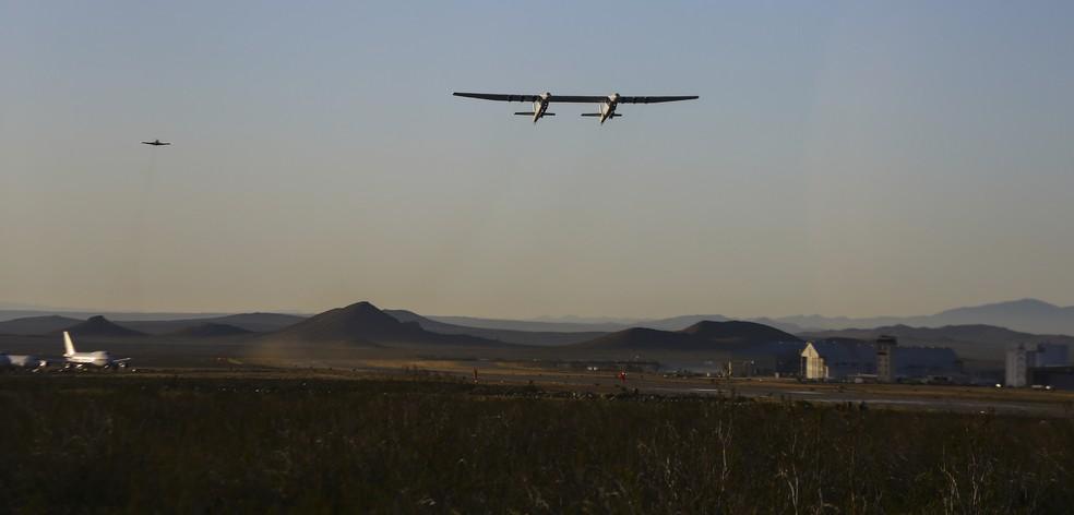 Maior avião já construído no mundo faz primeiro voo de teste na Califórnia — Foto: Matt Hartman/AP