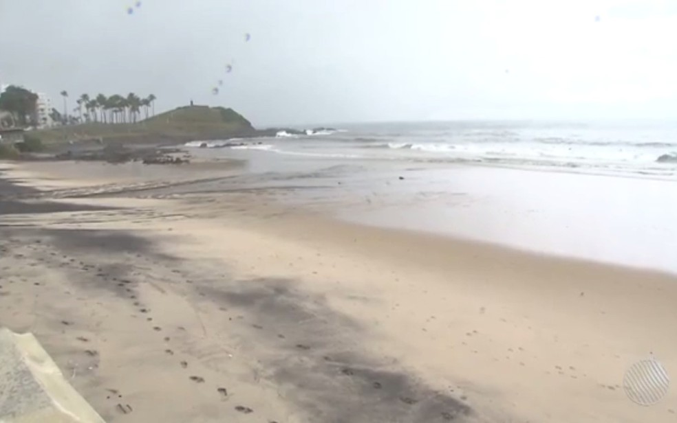 Jovens sumiram no mar após terem entrado para buscar bola (Foto: Reprodução/ TV Bahia)
