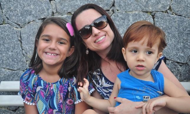 Juliana e seus dois filhos, Ana Beatriz e Lucas