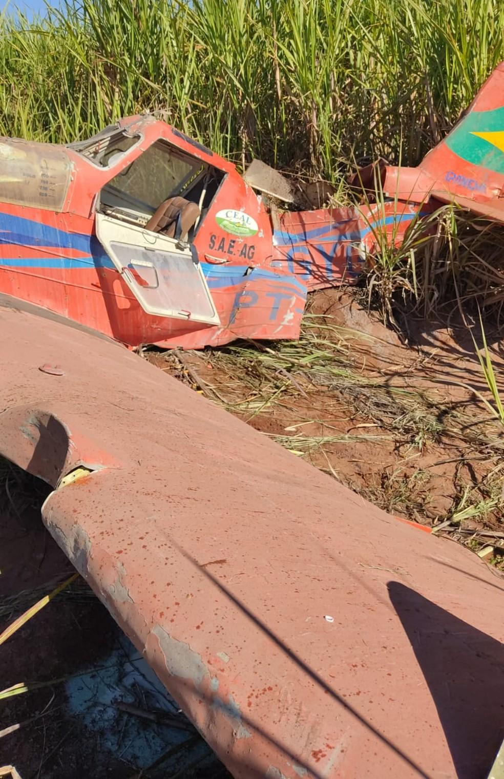 Piloto foi socorrido e levado para um hospital; ele teve apenas escoriações — Foto: PM/Divulgação
