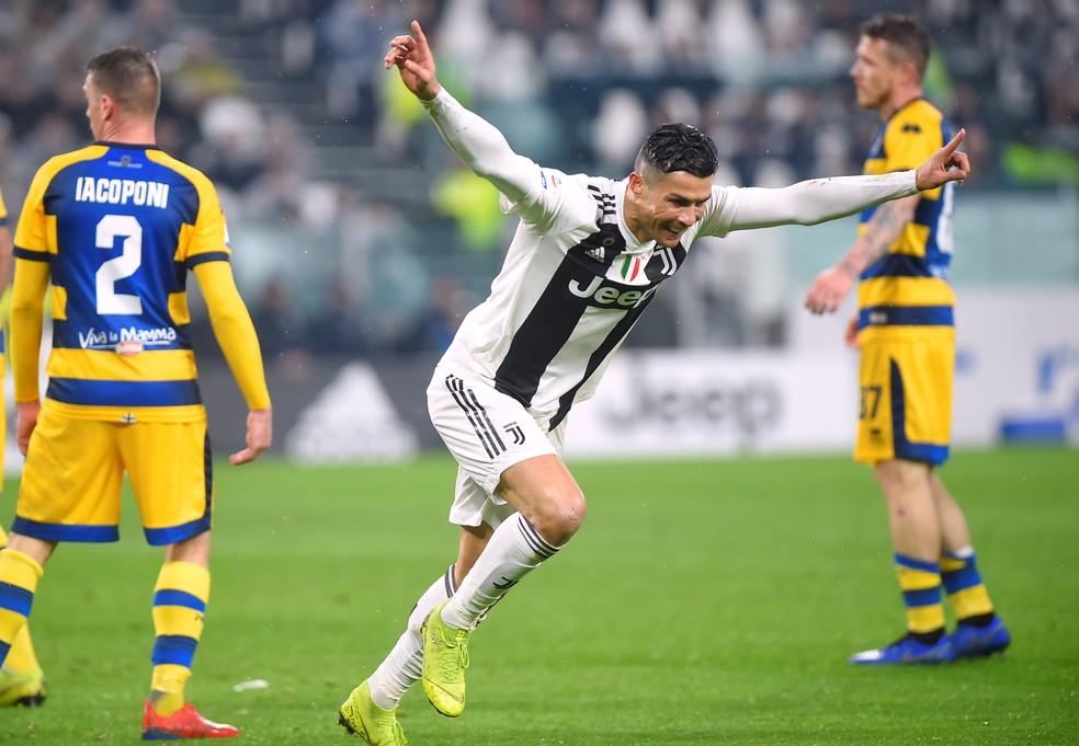 Cristiano Ronaldo comemora gol com a camisa da Juventus — Foto: REUTERS/Massimo Pinca