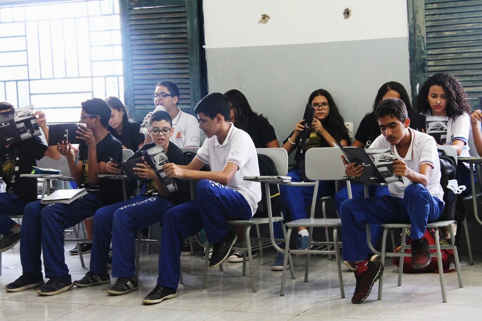 Os alunos receberam panfletos educativos sobre bullying. — Foto: Beatriz Braga/G1 Petrolina