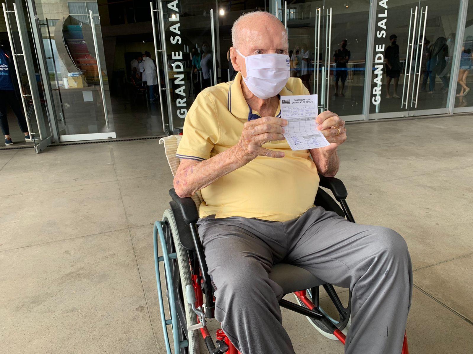 No Rio, Ney Matogrosso e Mauro Mendonça vão a postos de vacinação em busca da dose de reforço contra a Covid