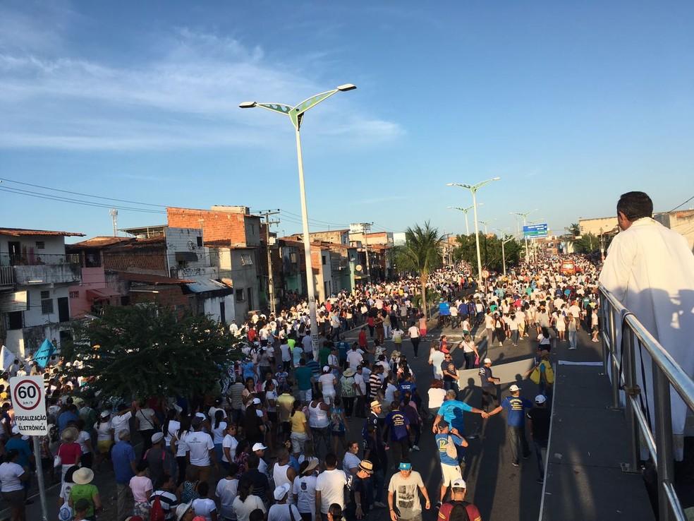 Fiéis seguem rumo à Catedral Metropolitana de Fortaleza em um percurso de 12 km (Foto: Wânnyfer Monteiro)