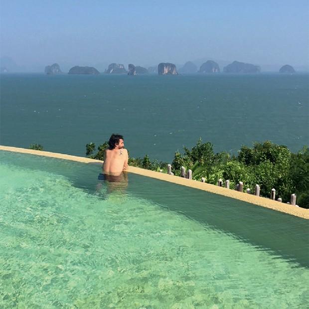 Na ilha tailandesa de Yao Noi, o empreendedor social Thiago Cavalli na piscina do hotel Six Senses (Foto: Kiko Ferrite, Leonardo Finotti, Ruy Teixeira e Divulgação)