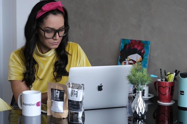 Mônica Carvalho na websérie 'Saralieeleia' (Foto: Divulgação)