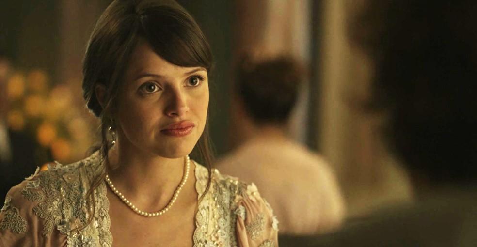 Ema sofre, mas está decidida a se casar por interesse  (Foto: TV Globo)