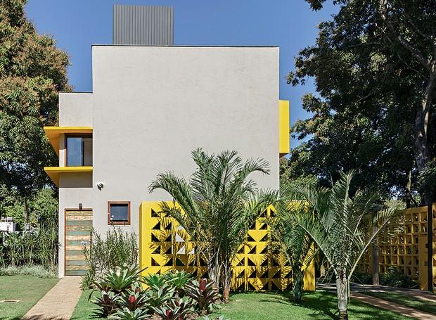 A casa de 130 m², projetada em Brasília pelo arquiteto Ney Lima, exibe linhas modernistas dos anos 1960. Paisagismo da Freiman Jardins  (Foto: Victor Affaro/Casa e Jardim)