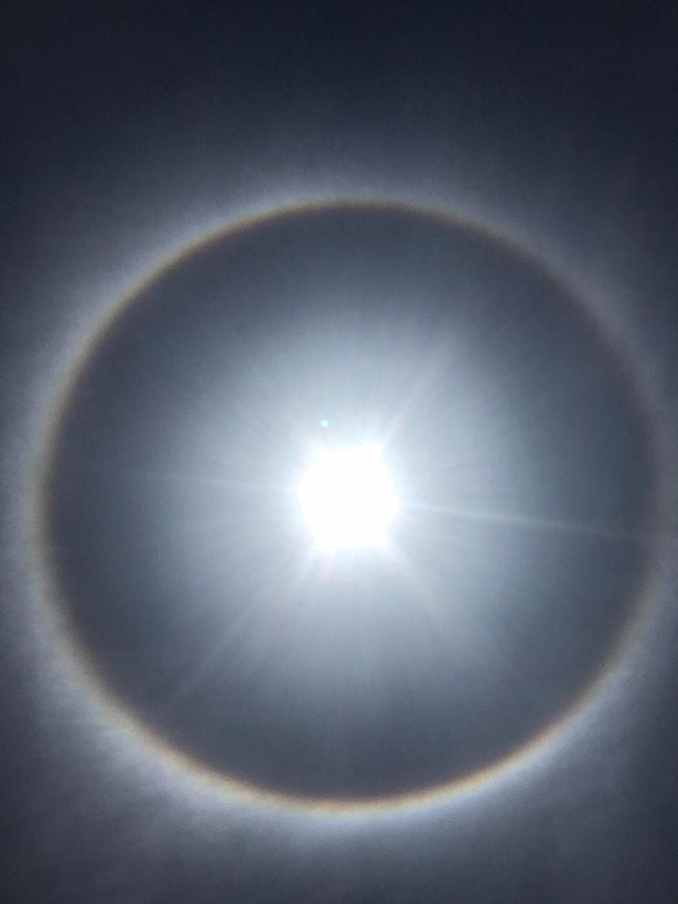 Fenômeno é semelhante ao arco-íris, pois é causada pelo reflexo de raios de sol em cristais de gelo. Foto foi tirada em Ibiraiaras — Foto: Eduarda Lia Zanchet