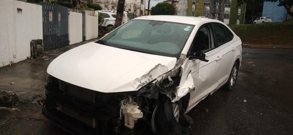 Carro bate em poste e interrompe fornecimento de energia elétrica em rua do bairro do Cabula VI — Foto: Cid Vaz/TV Bahia