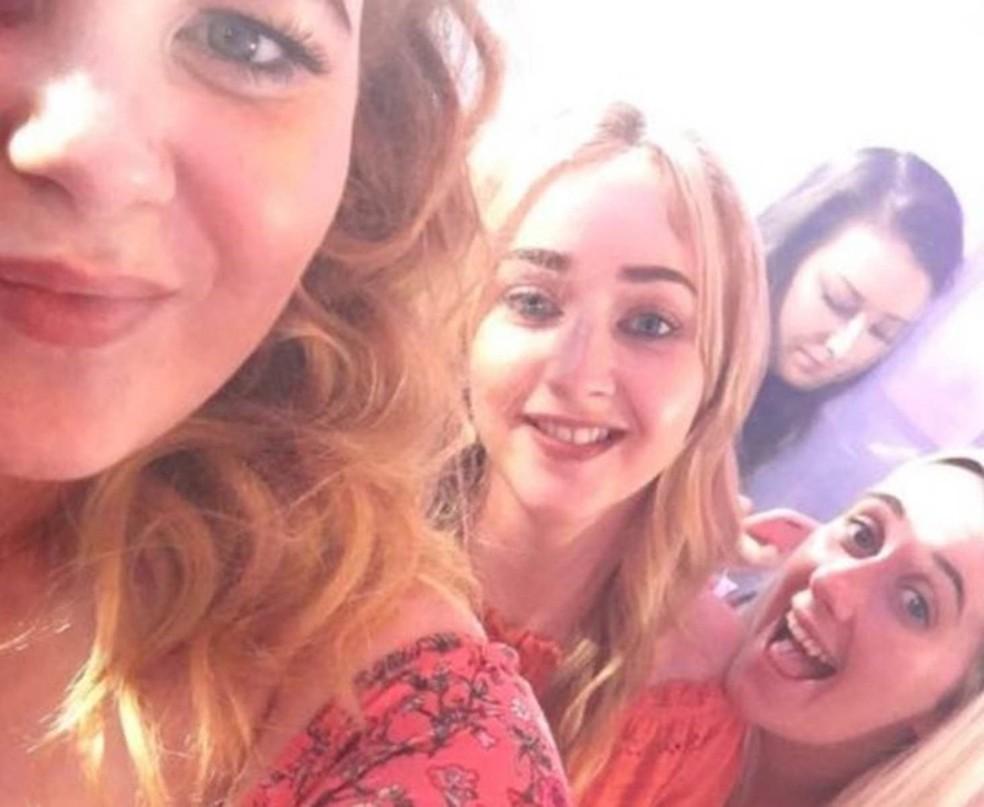 Hannah conta que ela e as amigas estão animadas com as férias na Grécia. Nunca imaginavam que estavam tomando vodca com uma substância perigosa — Foto: Hannah Powell