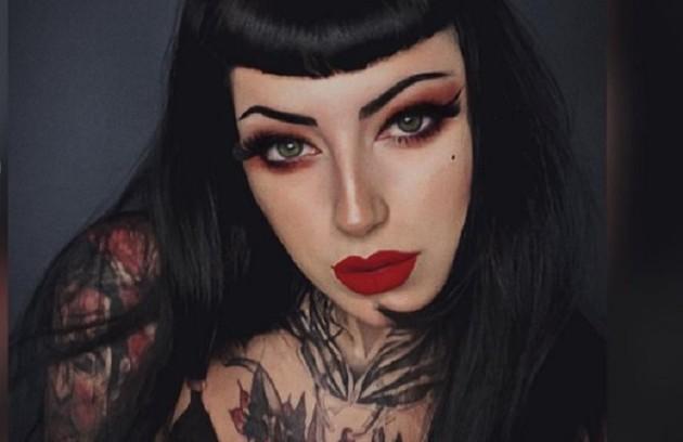 Liwarie também é cam girl e, nas suas redes, compartilha fotos vestida como personagens sensuais (Foto: Reprodução)