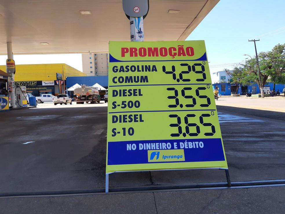 Todos os postos estão orientando os consumidores quanto a redução no preço do Diesel (Foto: Toni Francis/G1)