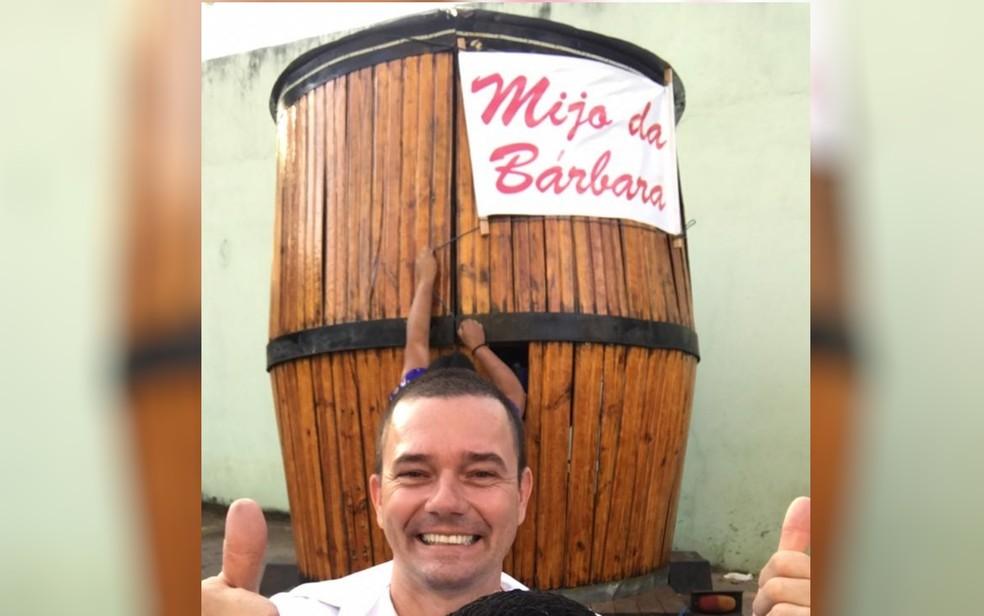 Flávio de Oliveira e Silva, de 40 anos, comemorou o nascimento da filha com um barril de chopp para a porta de uma maternidade em Goiânia — Foto: Arquivo Pessoal/Flávio de Oliveira
