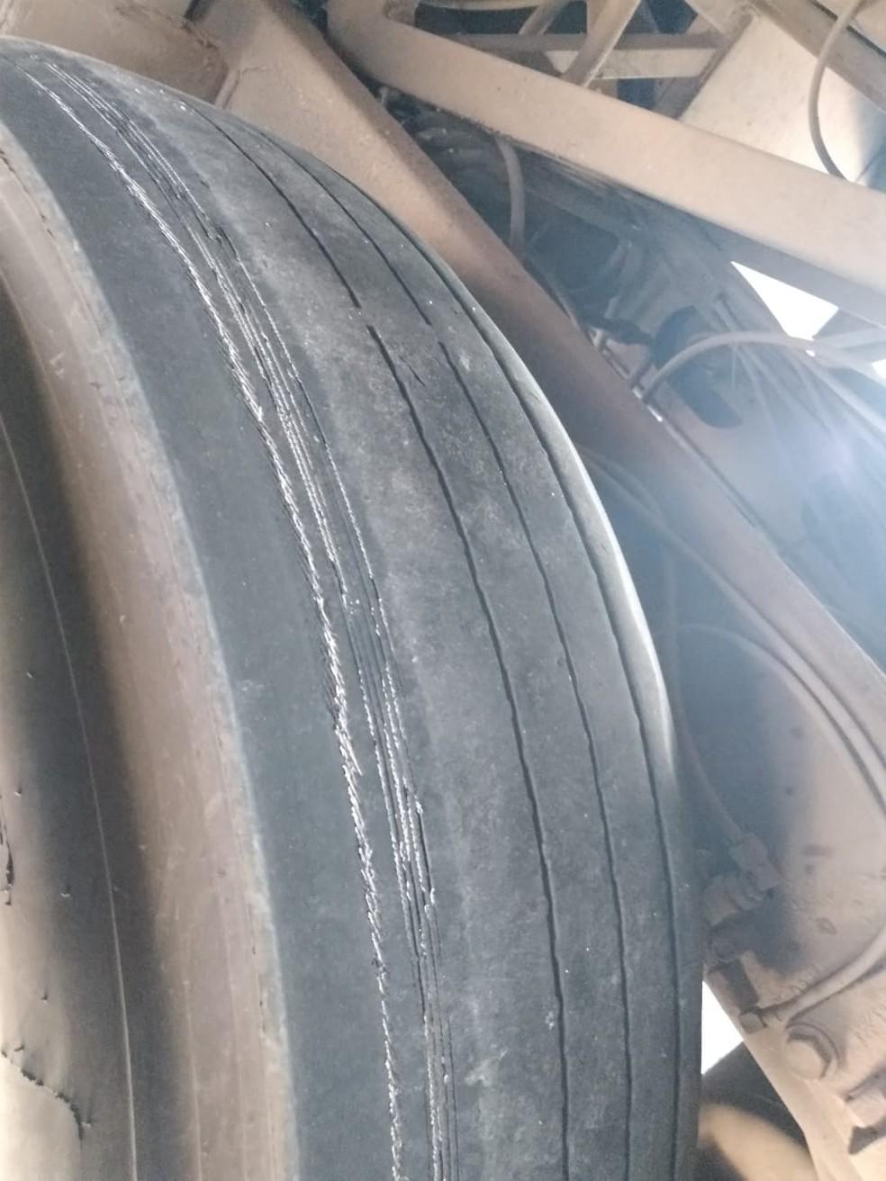 Pneu careca com arames expostos de um dos ônibus apreendidos pela ANTT em São Sebastião, Alagoas — Foto: ANTT