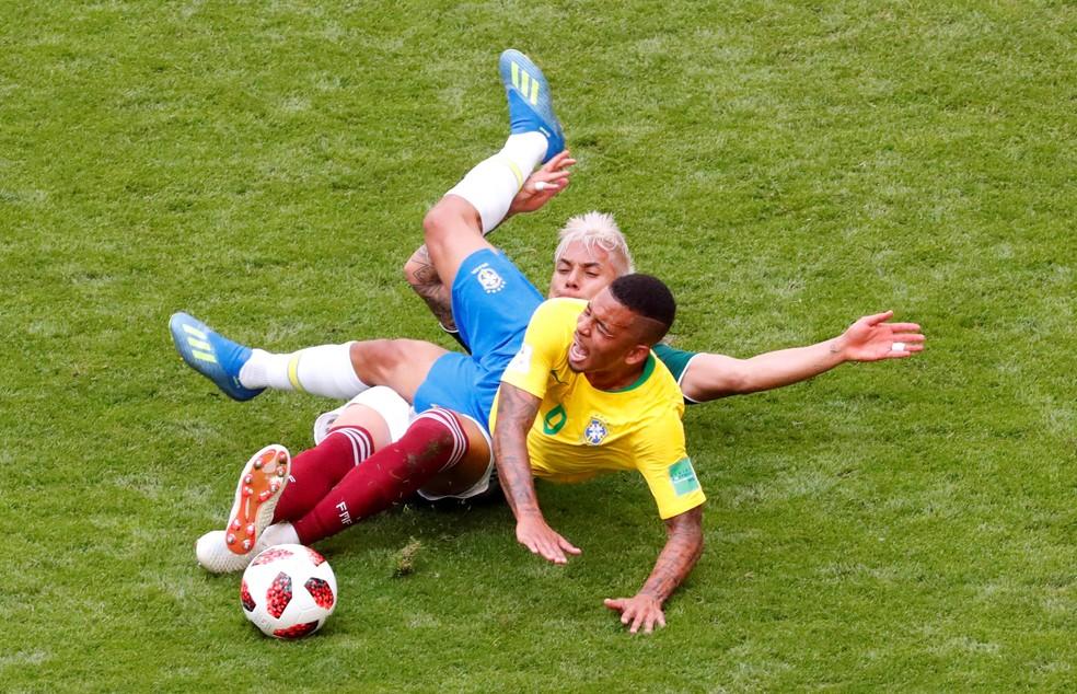 Gabriel Jesus disputa jogada na partida contra o México (Foto: REUTERS/Dylan Martinez)