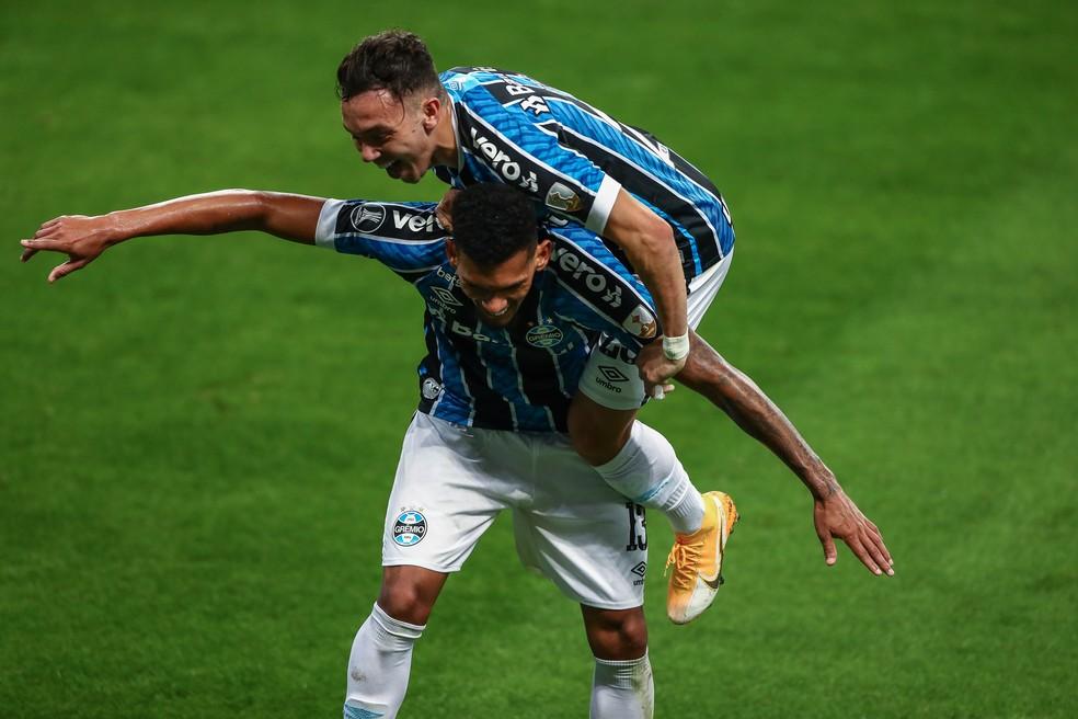 Rodrigues e Pepê, autores dos gols do Grêmio em vitória na Libertadores — Foto: Lucas Uebel/Gremio