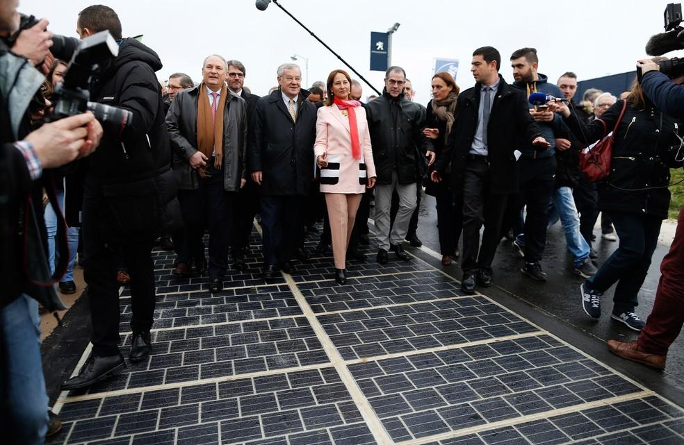 Segolene Royal, ministra de Ecologia, Desenvolvimento Sustentável e Energia da França, caminha nos painéis solares durante sua inauguração em Tourouvre, na França (Foto: Charly Triballeau/AFP)