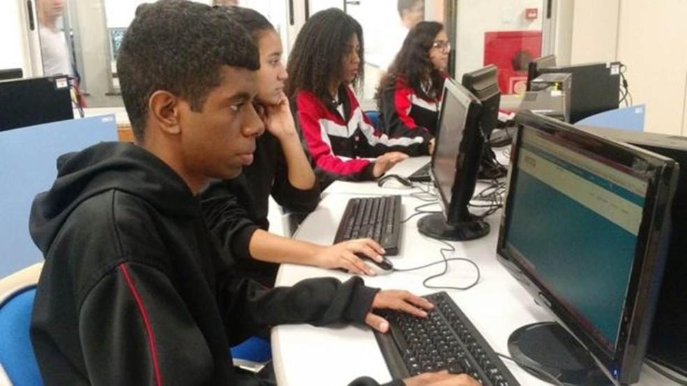 Alunos do Centro Educacional Sesi 415; boa rede de internet é essencial para utilização de tecnologias de IA. (Foto: Divulgação/BBC Brasil)
