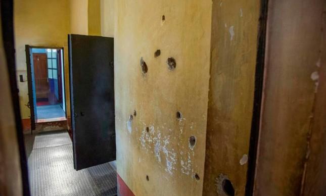Buracos de tiros deixados por atentado sofrido por Trotsky, em 1940